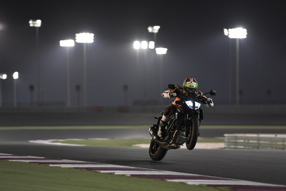 2017 ktm 1290 super duke r launch test and video cycle news. Black Bedroom Furniture Sets. Home Design Ideas