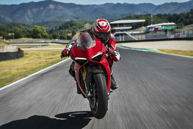 Ducati_Panigale_V4_wheelie
