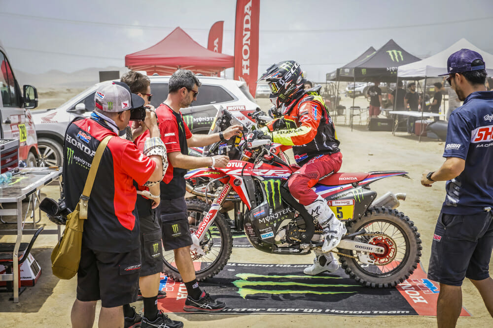Shakedown time, the penultimate hurdle before the Dakar Rally gets under way. Kevin Benavides, Paulo Gonçalves, Ricky Brabec, Joan Barreda and José Ignacio Cornejo spent some two hours testing out the bikes.