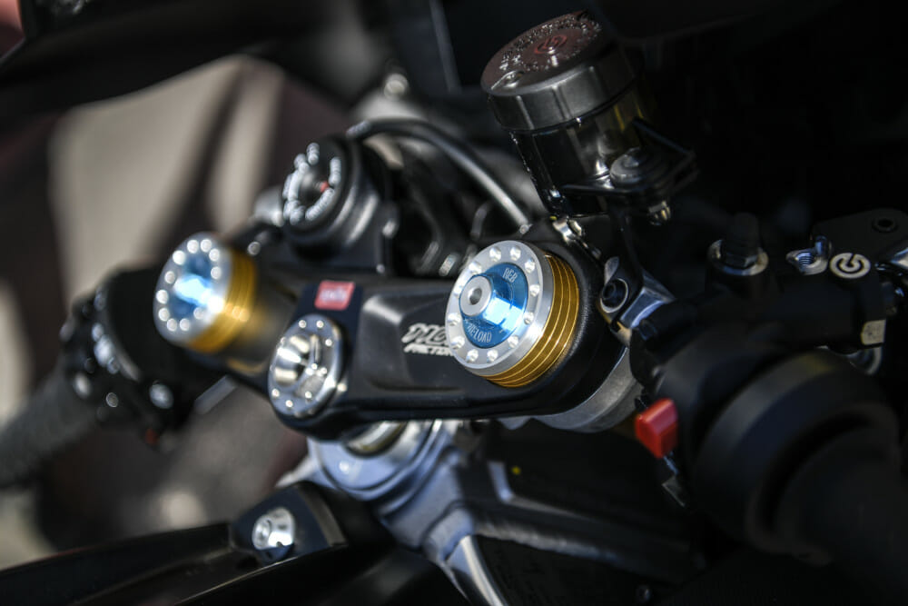 The 2019 Aprilia RSV4 1100 Factory has Öhlins NIX forks.