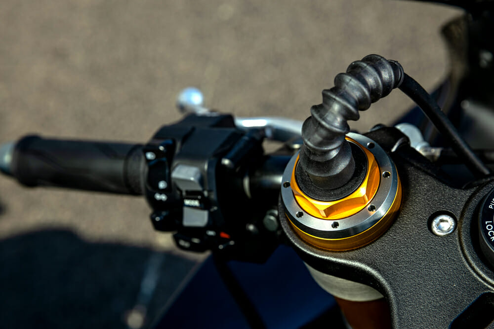 The R1M gets the new Ӧhlins NPX pressurized chamber fork.